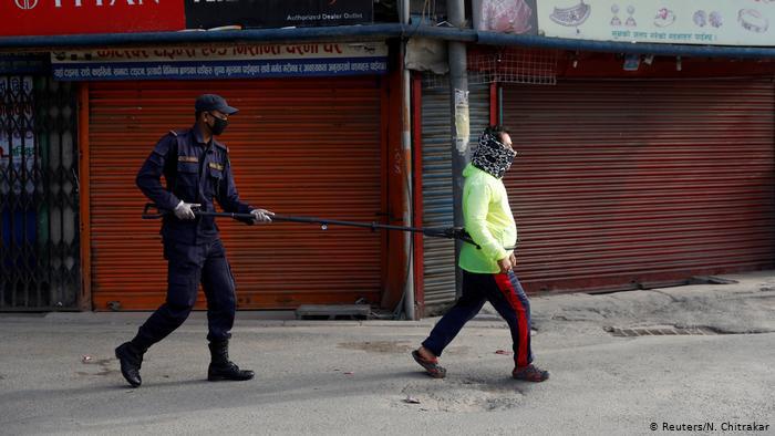 Hình ảnh: Cách phạt người dân không tuân thủ lệnh phong toả trên toàn thế giới - Ảnh 2.
