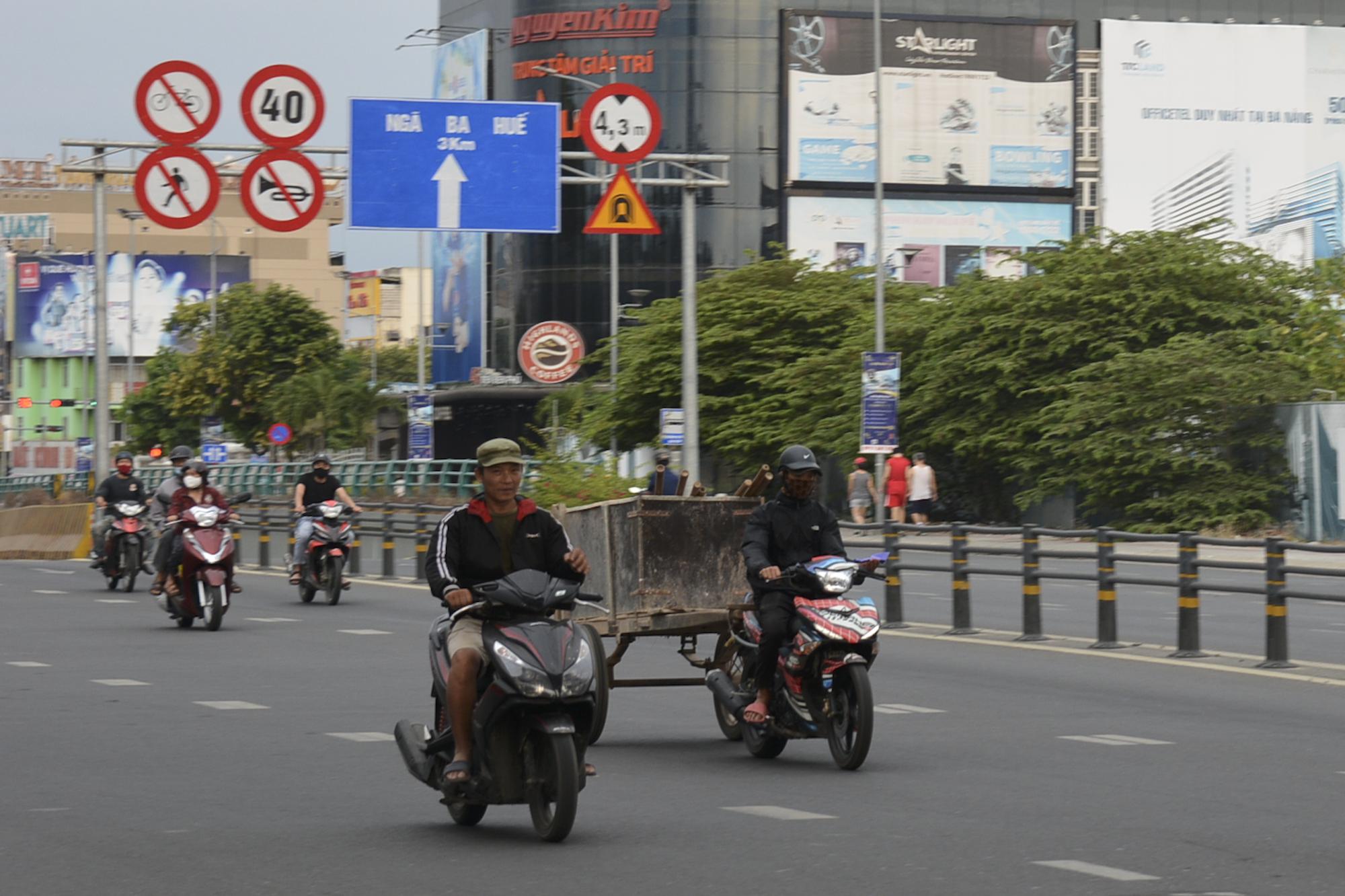 Người Đà Nẵng ra đường đông như không có cách li xã hội - Ảnh 8.