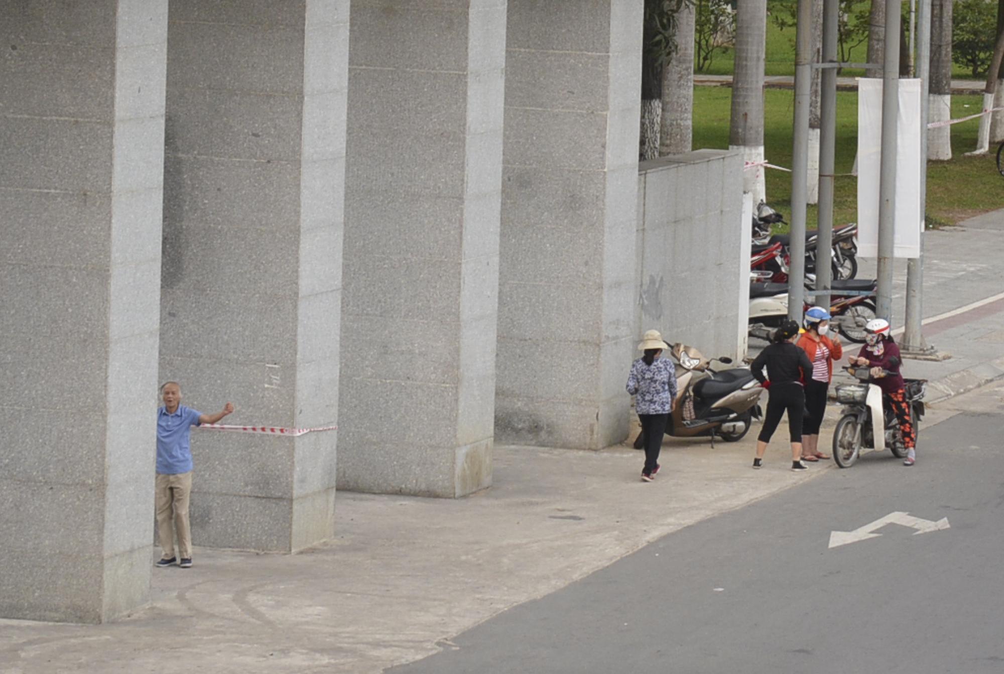 Người Đà Nẵng ra đường đông như không có cách li xã hội - Ảnh 4.