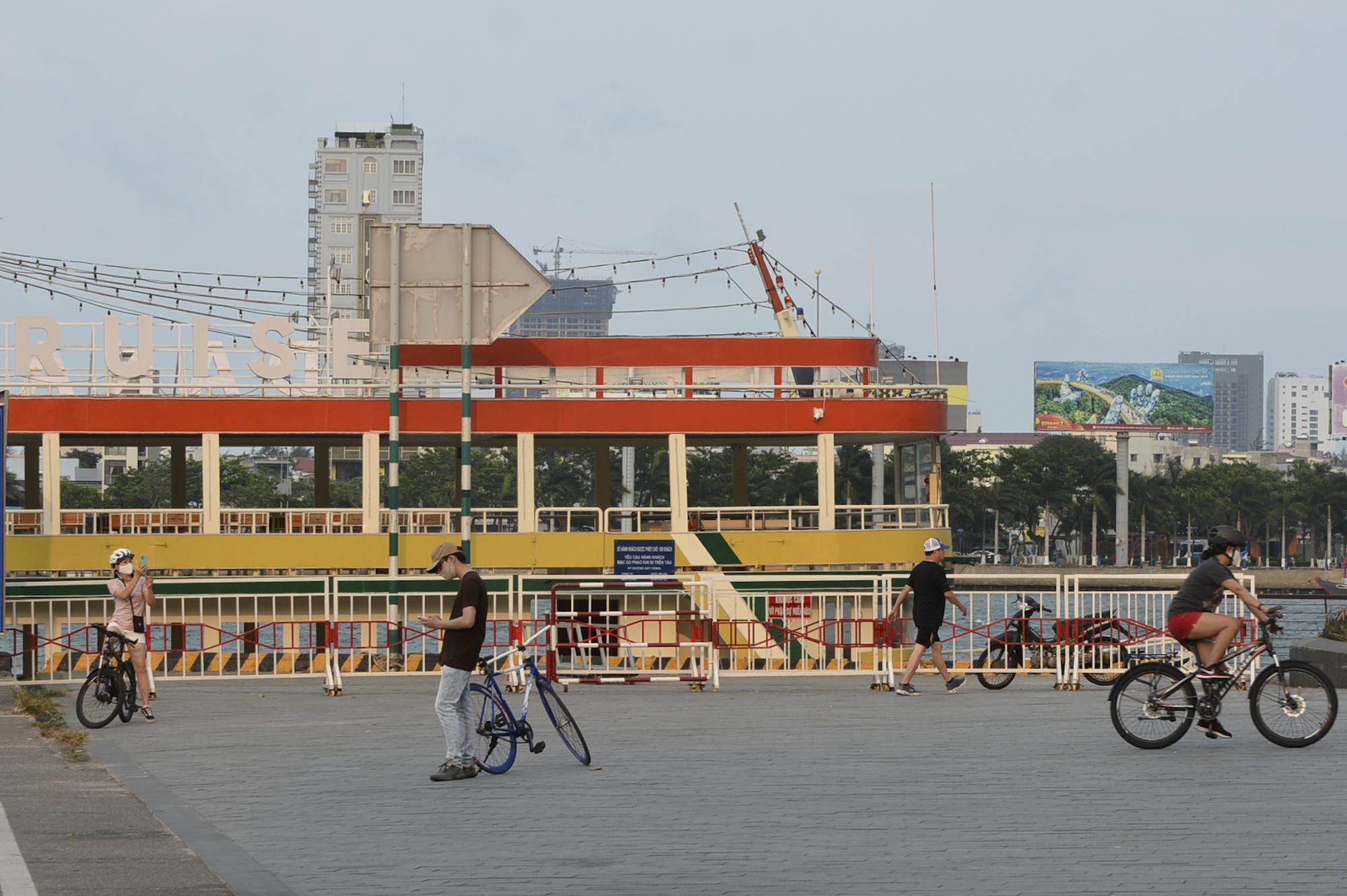Người Đà Nẵng ra đường đông như không có cách li xã hội - Ảnh 12.