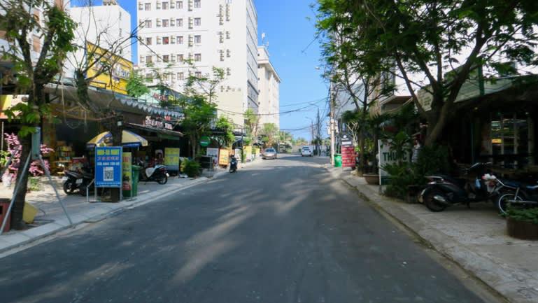 Từ các bãi biển hoang vắng: Đại dịch Covid - 19 đã làm tổn thương ngành du lịch Việt Nam thế nào? - Ảnh 2.