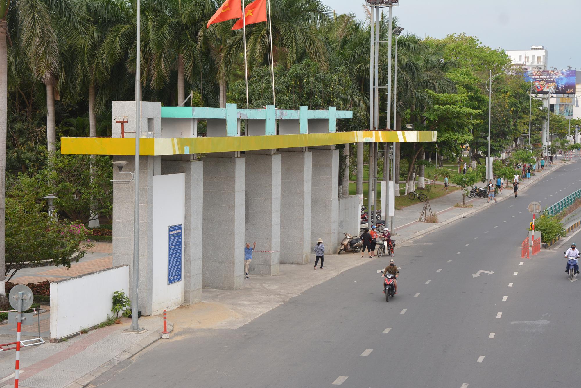 Người Đà Nẵng ra đường đông như không có cách li xã hội - Ảnh 3.