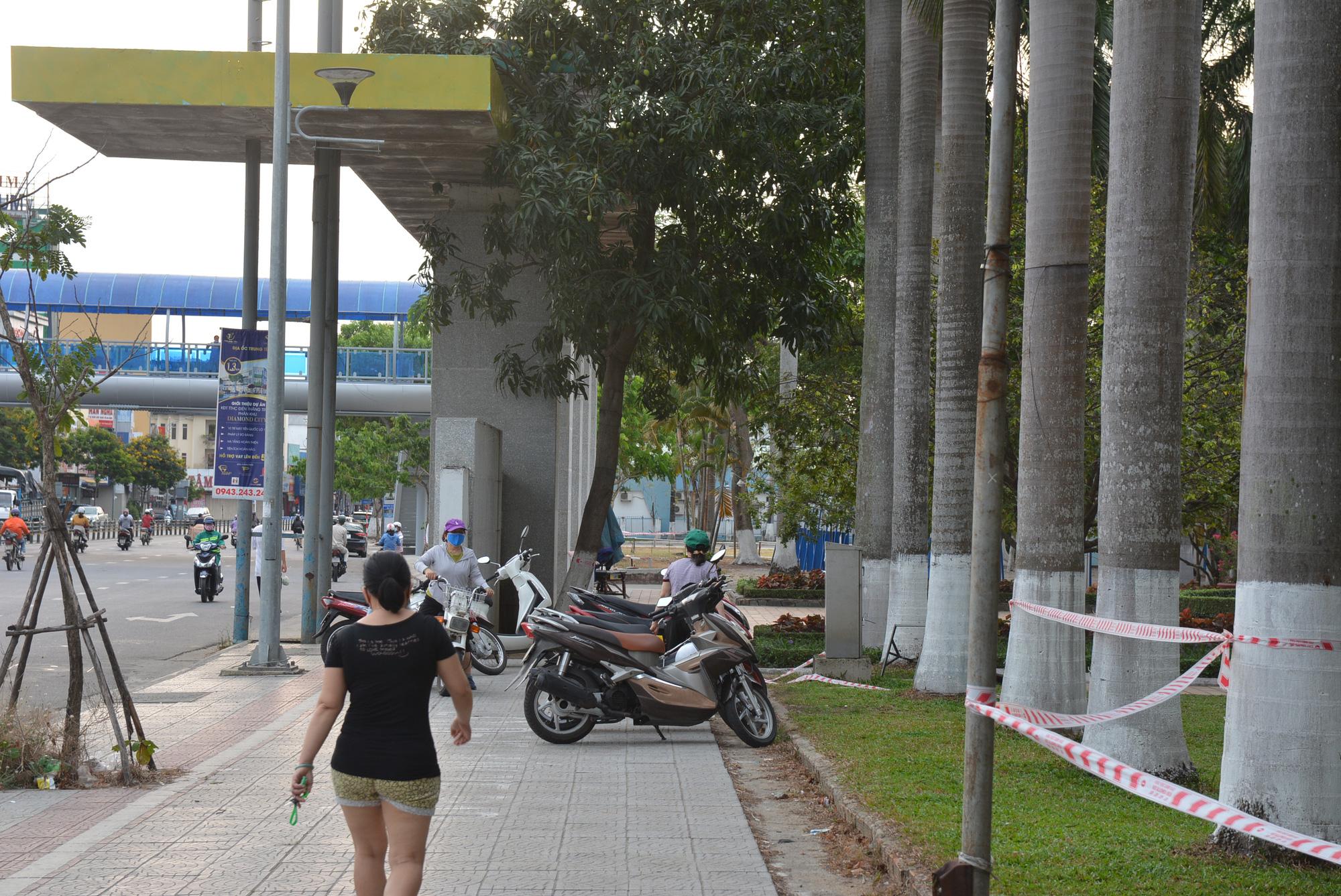 Người Đà Nẵng ra đường đông như không có cách li xã hội - Ảnh 6.