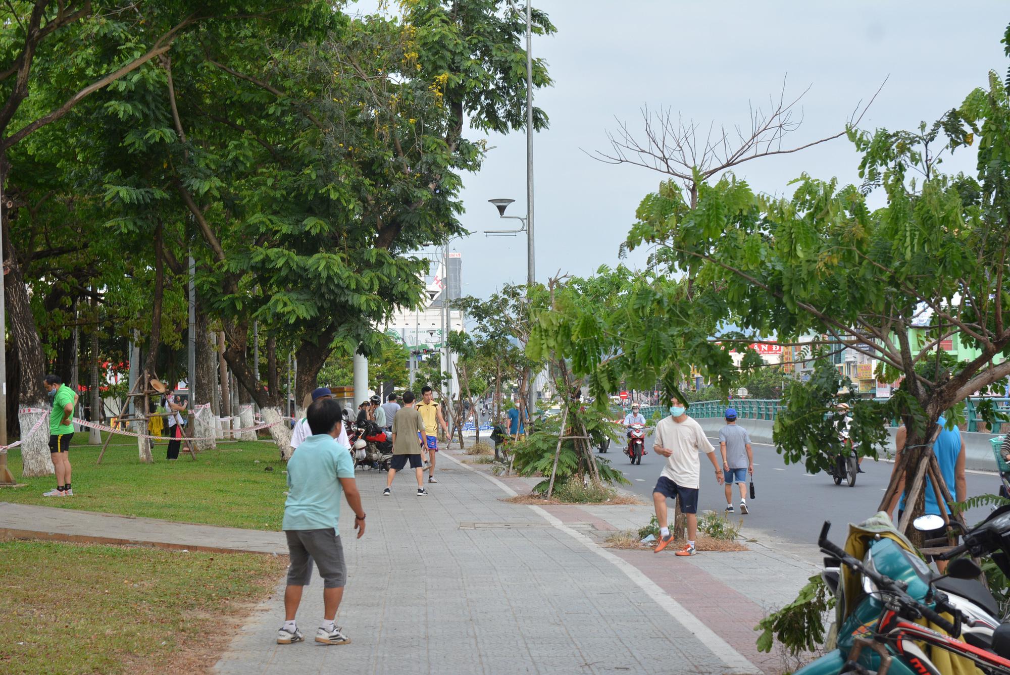 Người Đà Nẵng ra đường đông như không có cách li xã hội - Ảnh 5.