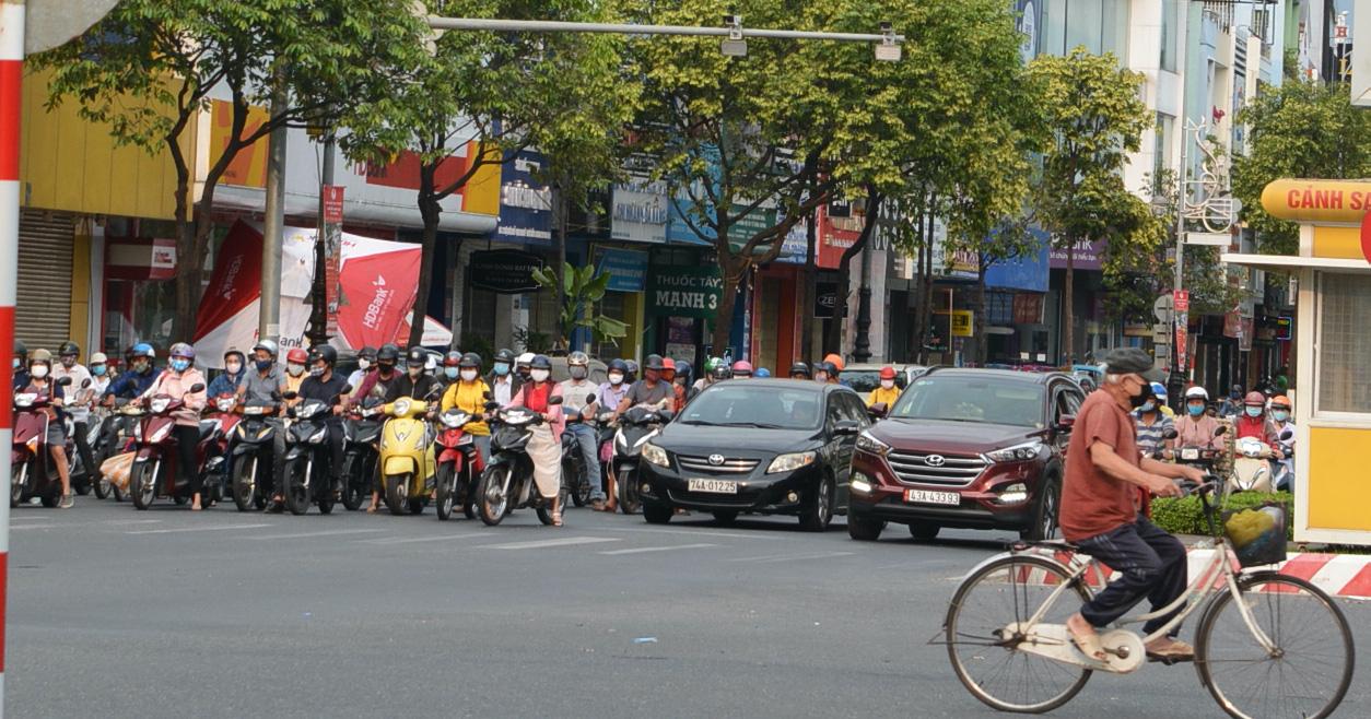 Người Đà Nẵng ra đường đông như không có cách li xã hội - Ảnh 1.
