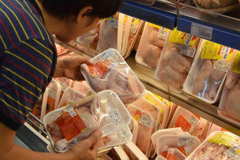 'Sốc' với giá gà rẻ như rau, chỉ 8.000 đồng/kg - Ảnh 1.