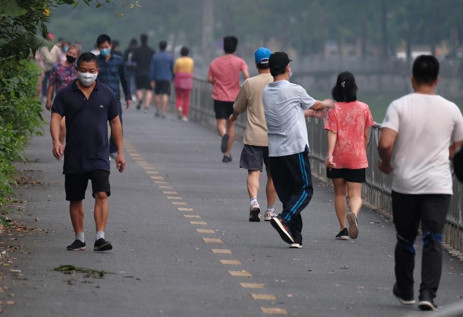 Nhộn nhịp tập thể dục trên con đường đi bộ dài nhất Hà Nội - Ảnh 7.