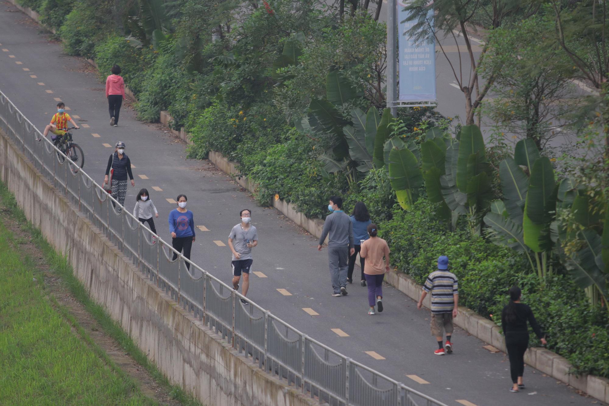 Nhộn nhịp tập thể dục trên con đường đi bộ dài nhất Hà Nội - Ảnh 14.