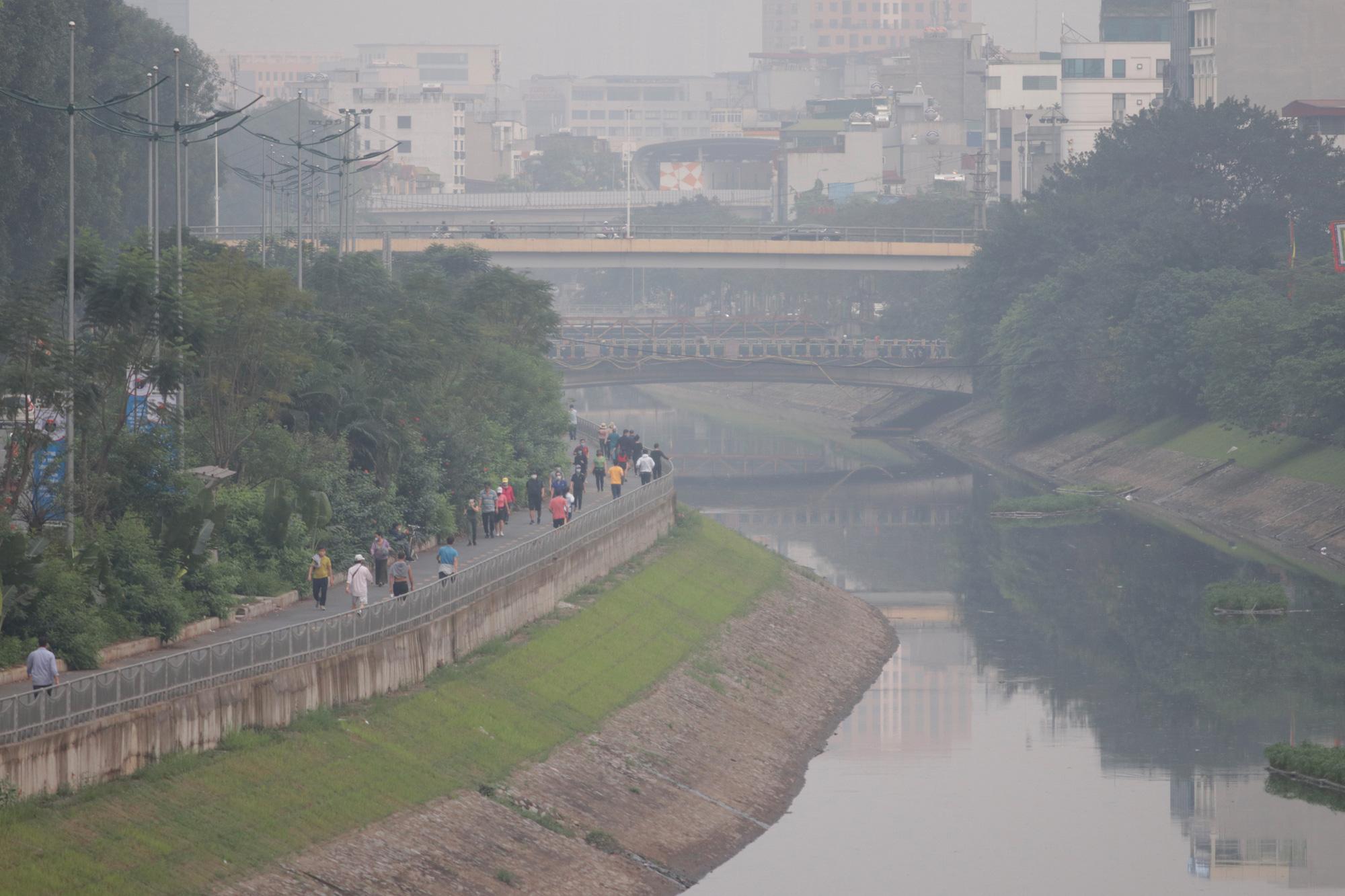Nhộn nhịp tập thể dục trên con đường đi bộ dài nhất Hà Nội - Ảnh 2.