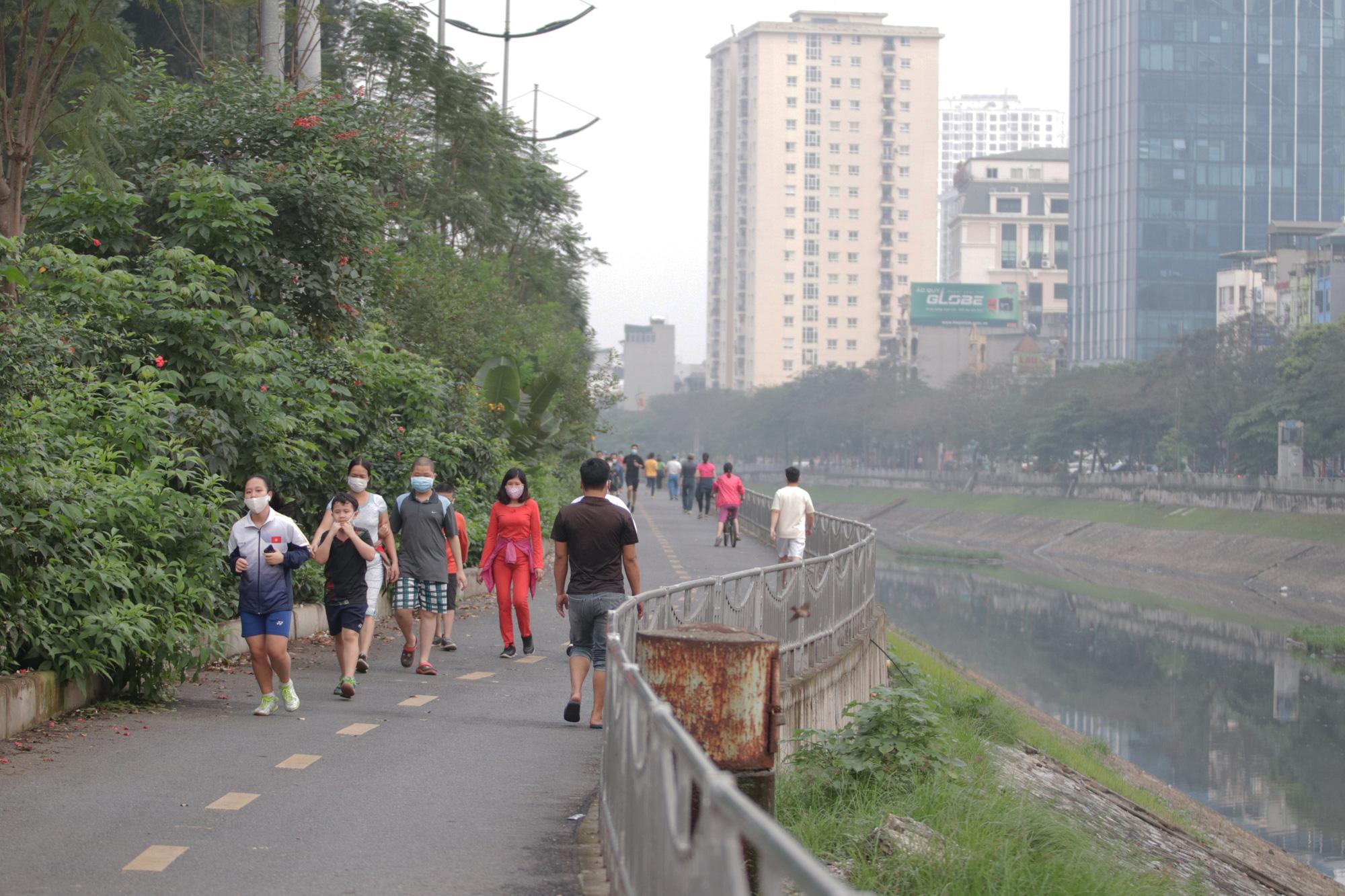 Nhộn nhịp tập thể dục trên con đường đi bộ dài nhất Hà Nội - Ảnh 3.