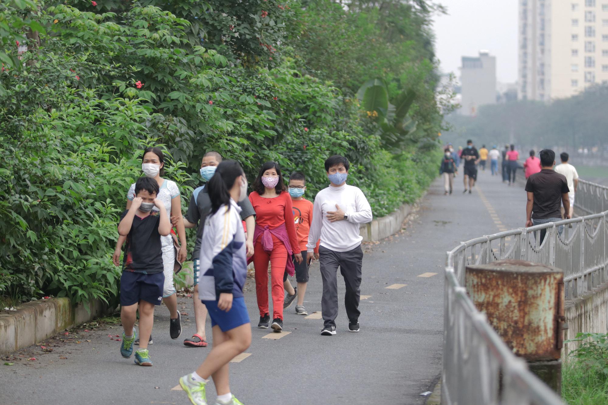 Nhộn nhịp tập thể dục trên con đường đi bộ dài nhất Hà Nội - Ảnh 4.