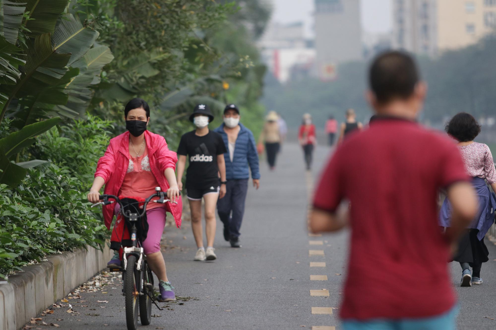 Nhộn nhịp tập thể dục trên con đường đi bộ dài nhất Hà Nội - Ảnh 5.