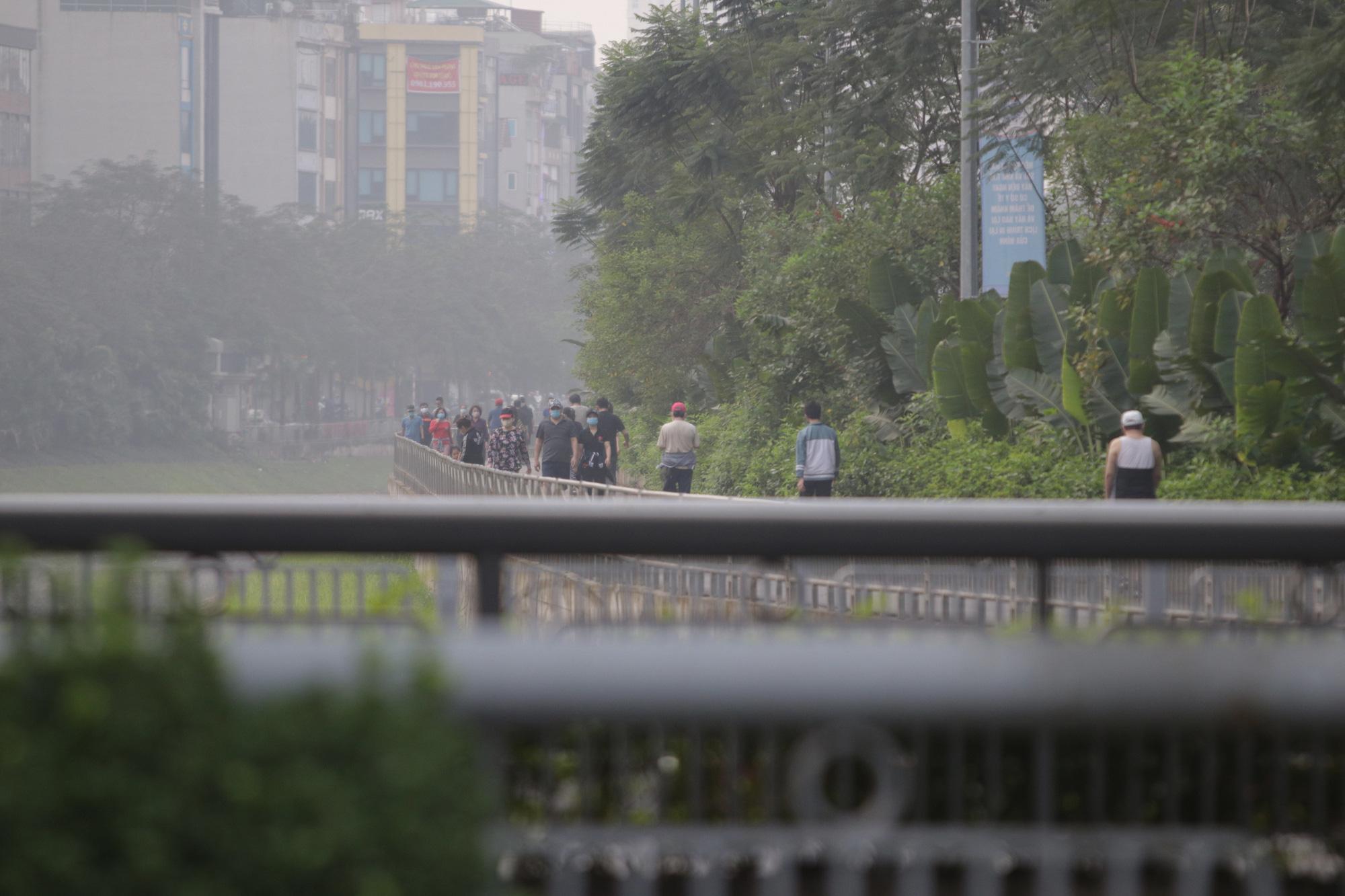 Nhộn nhịp tập thể dục trên con đường đi bộ dài nhất Hà Nội - Ảnh 15.