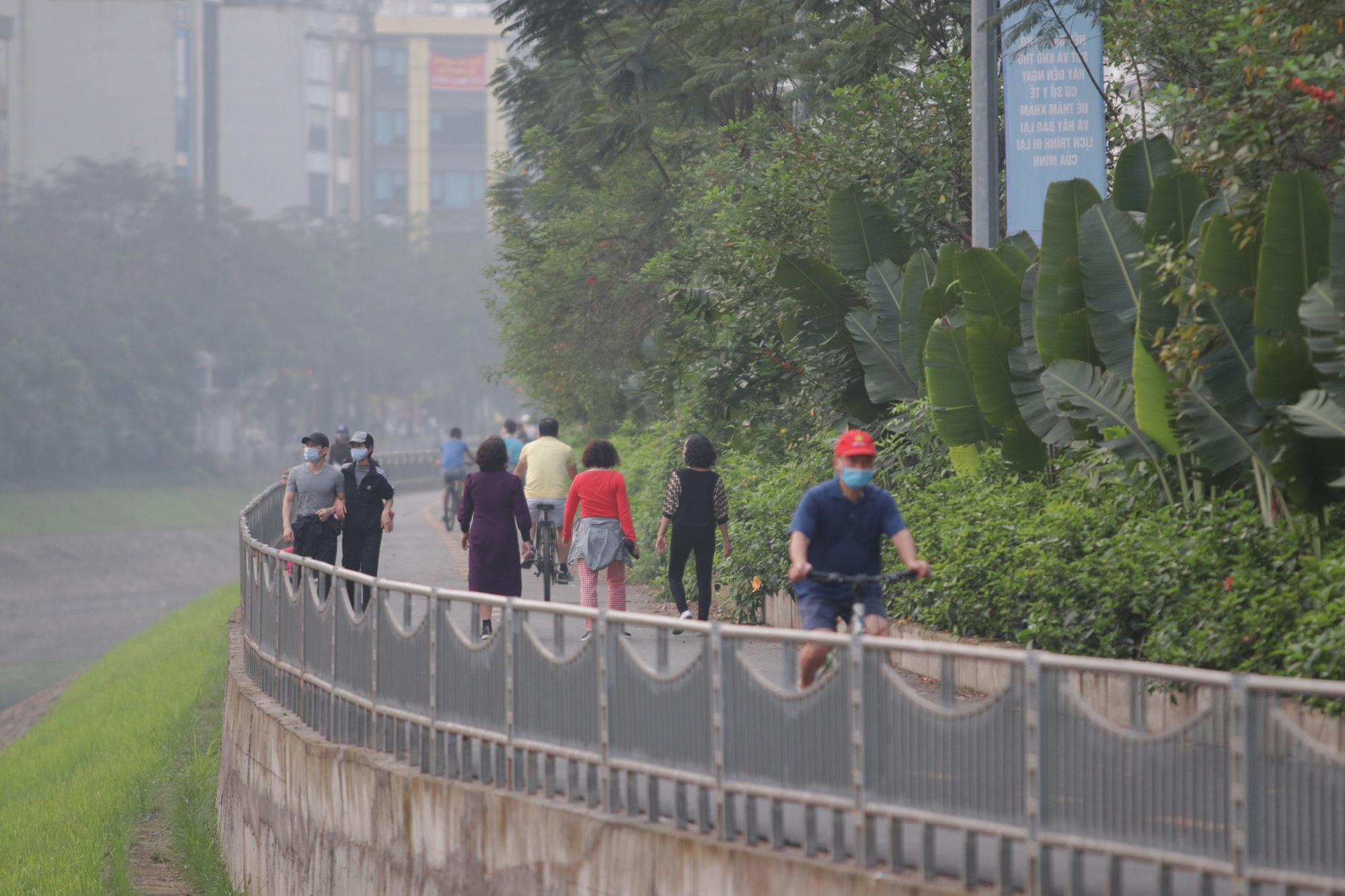 Nhộn nhịp tập thể dục trên con đường đi bộ dài nhất Hà Nội - Ảnh 13.
