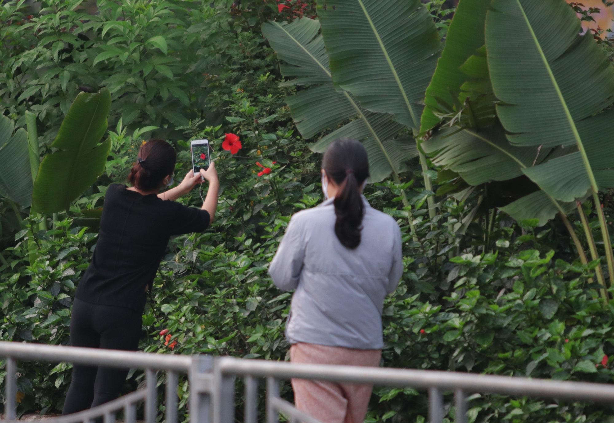 Nhộn nhịp tập thể dục trên con đường đi bộ dài nhất Hà Nội - Ảnh 12.