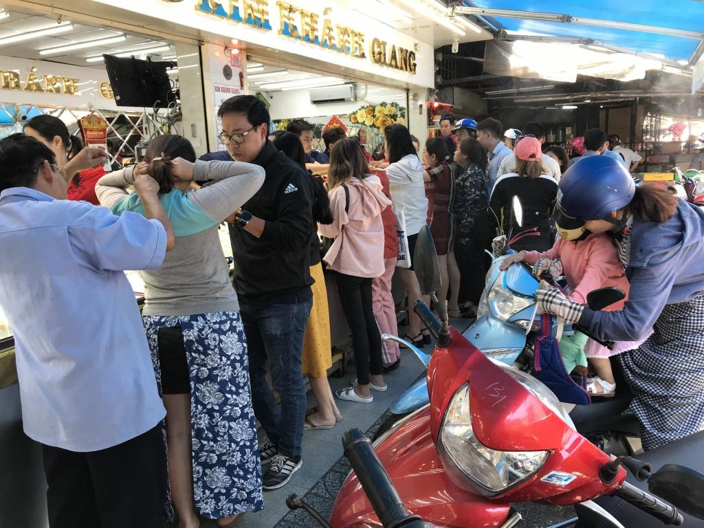 co mot ngoi cho o sai gon chuyen ban vang cho khach binh dan cuoi ngay via than tai nguoi lao dong chen chan mua vang