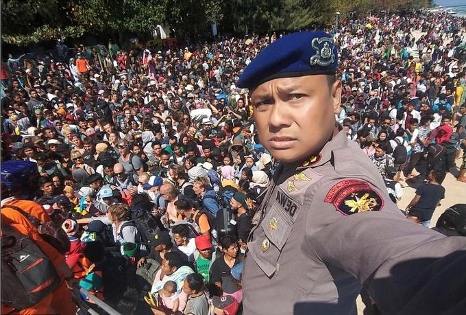 hang nghin du khach chen chuc tren bai bien de di tan tai indonesia