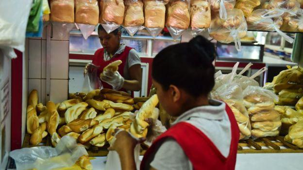 khung hoang kinh te banh mi thanh mon an sang chanh cua dan venezuela