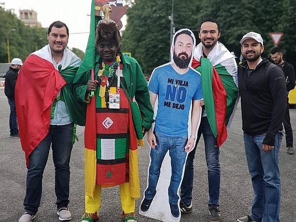 cap vo chong viet nam cho con gai di xem world cup theo mot cach dac biet