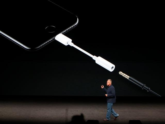 apple giai thich ly do bo cong cam headphone truyen thong tren iphone nhung lai giu nguyen tren macbook