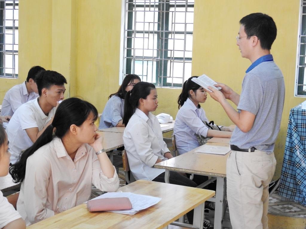 Thông tin tuyển sinh 2018 (22/5): Học sinh lớp 12 ôm nhau khóc ngày chia tay tuổi học trò