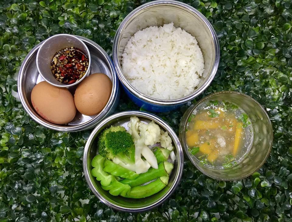 thuc don com trua van phong ngon bo sach chi mat 15 phut nau