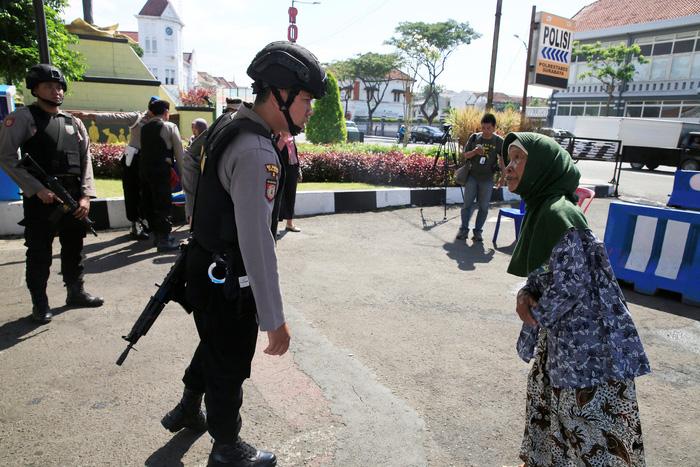 indonesia lo so kieu dung con nit tan cong khung bo