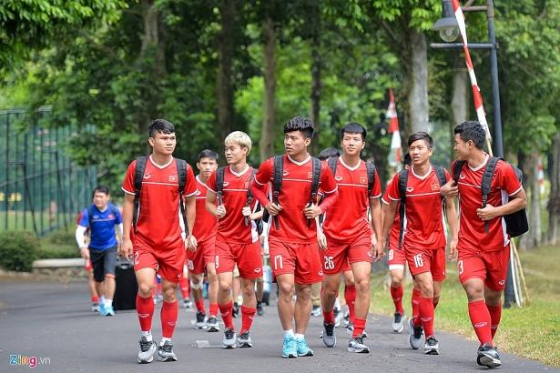 hang tram hoc sinh indonesia doi theo buoi tap cua olympic viet nam