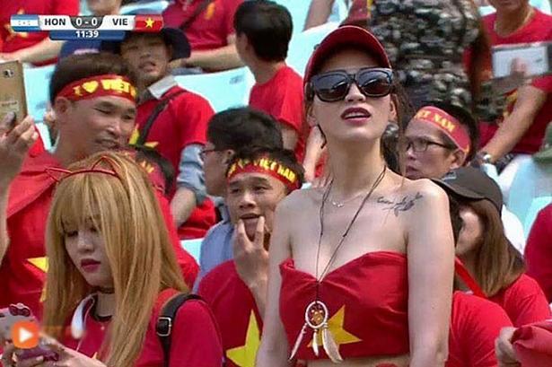hot girl ngu gat va nhung bong hong nong bong vi thieu vai