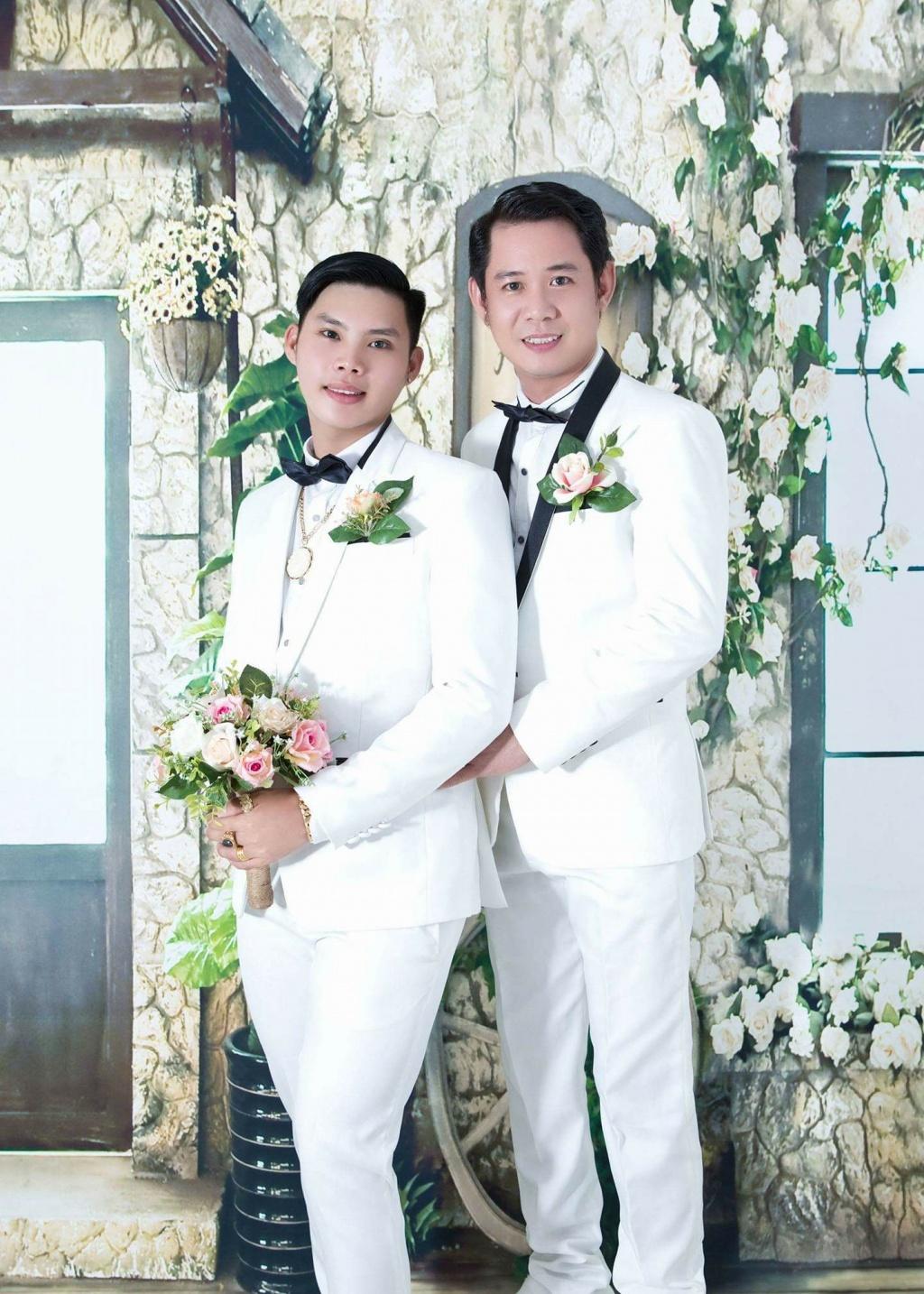 Bộ ảnh cưới \u0027chuyện tình online\u0027 của cặp đồng tính nam điển trai
